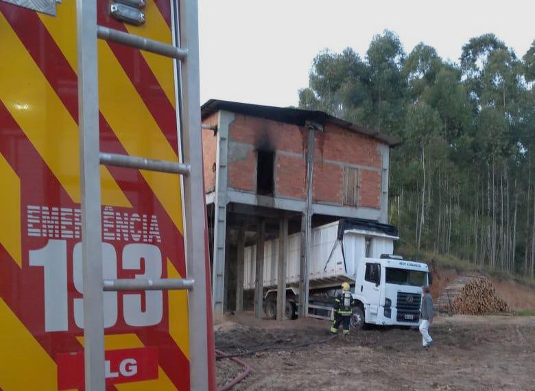 Incêndio em madeireira de São Ludgero mobiliza bombeiros da região